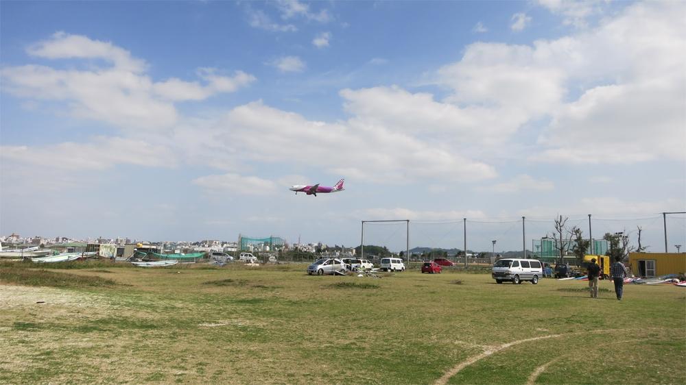 瀬名島からみた那覇空港へ着陸するピーチ